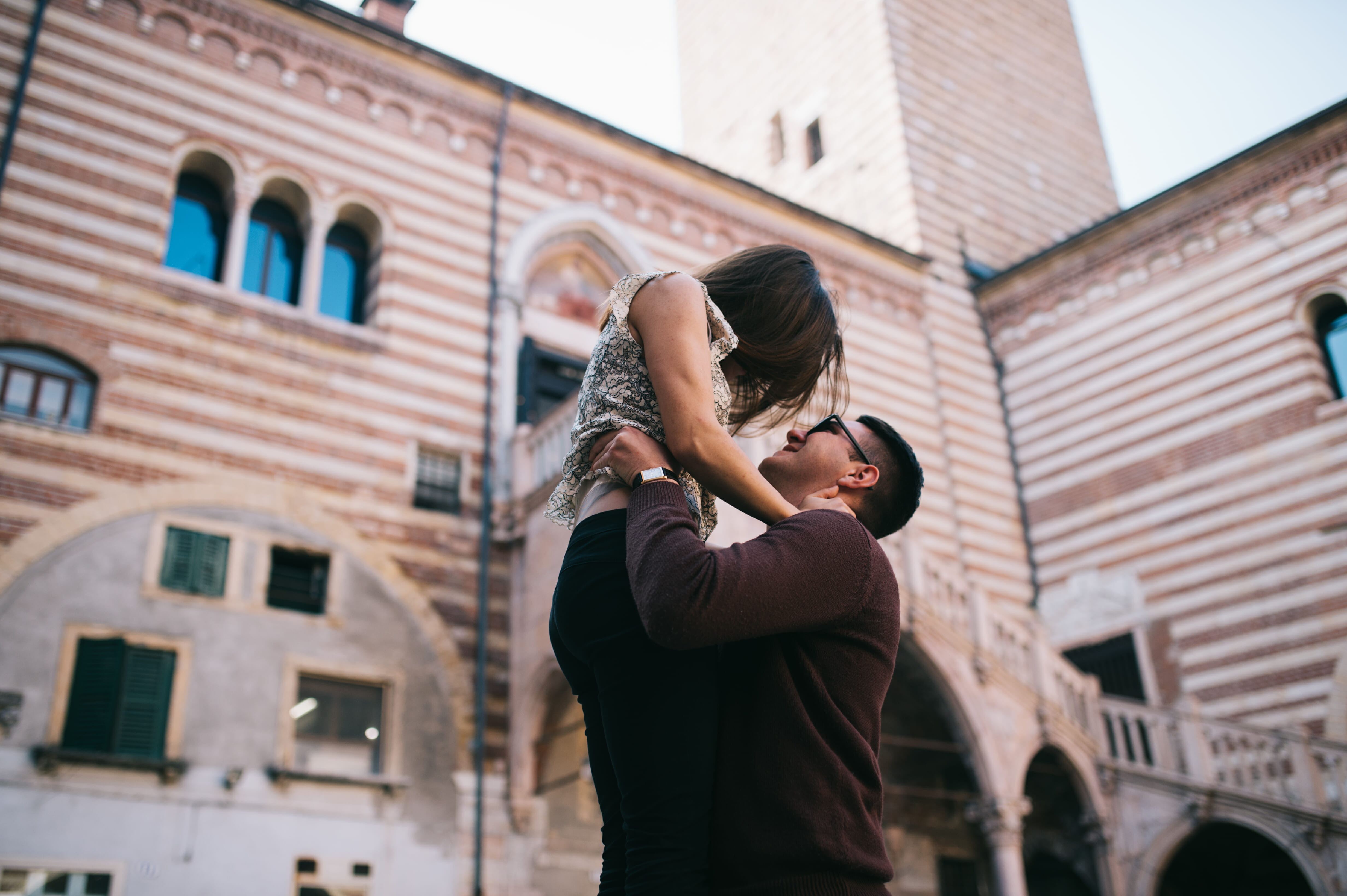 Coppia di innamorati con Palazzo della Ragione sullo sfondo