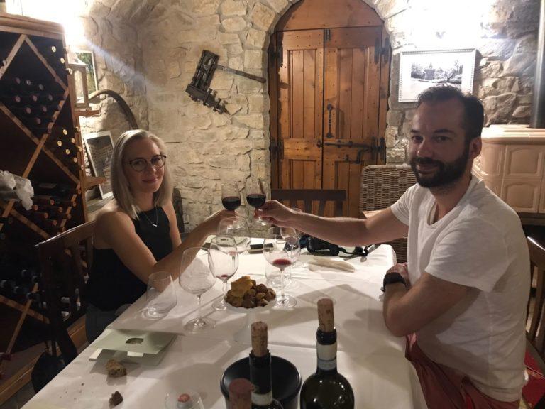 Coppia con due bicchieri di vino rosso